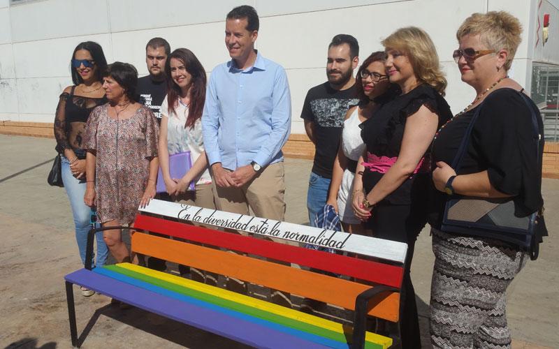 Photo of #Elda: Pintan bancos en Elda con la bandera Arcoíris para reconocer al colectivo LGTBI
