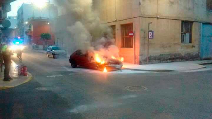 Photo of Aspe: Sofocan el incendio de un coche evitando que explotara