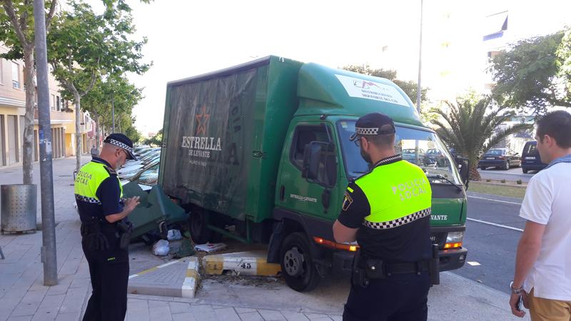 Photo of #Aspe: Un camión impacta contra un contenedor y dos vehículos al fallar el sistema de frenado