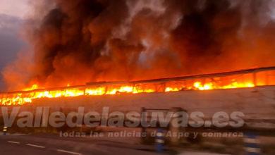 Photo of #Aspe: Impresionante incendio de una antigua fábrica de plástico y textil